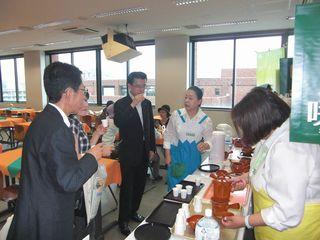 大村副知事にお茶を勧める小嶌GL.JPG